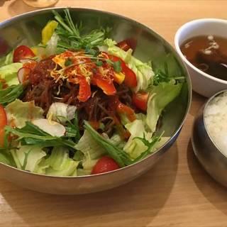たっぷり野菜のサラダピビン麺