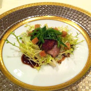 鴨もも肉のコンフィーのサラダ