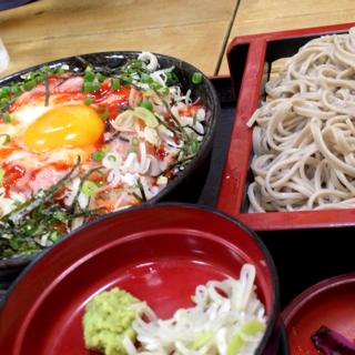 ネギトロユッケ丼と蕎麦セット