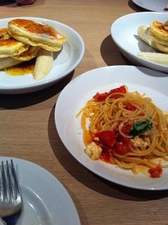 チェリートマト、リコッタ、ほうれん草のスパゲッティ