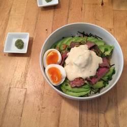 牛肉のタタキとアボカド丼