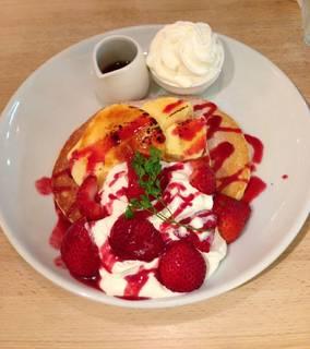 苺とクレームブリュレのパンケーキ