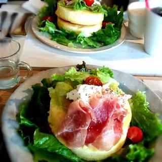 スモークチキンと生ハムパンケーキ
