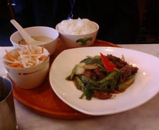 季節の青菜と牛肉のサンバル定食