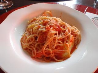 トマトソースとモツァレラチーズのパスタ
