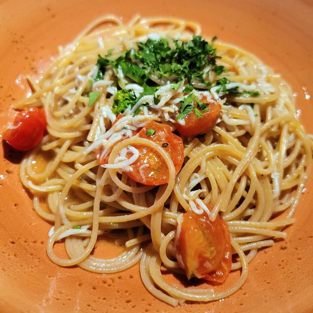 釜揚げシラスと菜の花、チェリートマトのペペロンチーノ