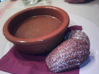ショコラカフェのポドゥクレーム アニス風味のマドレーヌ添え