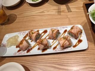 炙りサーモンとアボガドのロール寿司