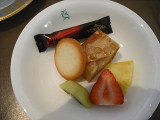フルーツとキャラメルケーキ
