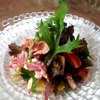 牛タンのサラダ、季節のトマトと共に。