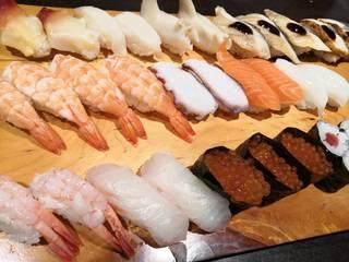寿司20種類や麺類、丼物、小鉢、デザート、ソフトドリンクが食べ飲み放題の和食ビュッフェ