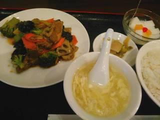 ランチの牛バラとブロッコリー炒め定食
