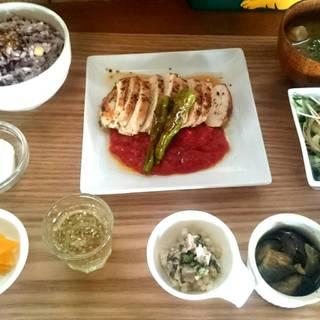 ごはんランチ(日替わり)鶏ムネ肉のソテートマトソース