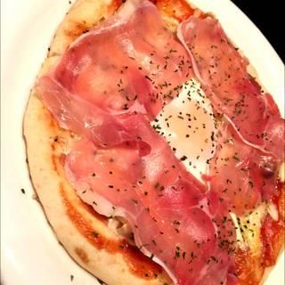 半熟卵と生ハムのピザ