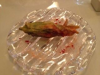 桜エビのリゾピラフをつめた花ズッキーニのフリット
