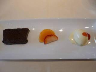 チョコレートのテリーヌ バニラアイス添え