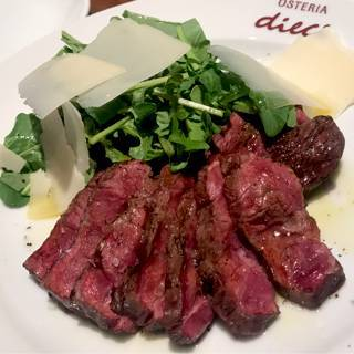 イタリア定番 牛肉のタリアータ ルッコラ添え