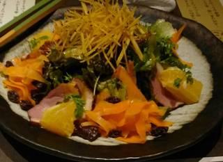 藁焼き鴨と黄金人参のサラダ