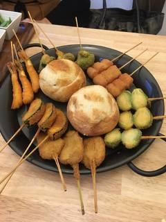 【飲み放題付き】2種のフォンデュソースに串かつをつけて食べる新スタイル『串かつフォンデュ』コース