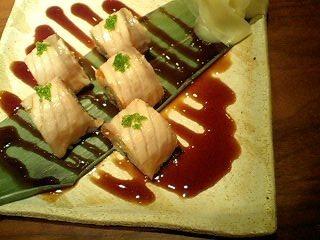 炙りサーモンとアボカドのロール寿司