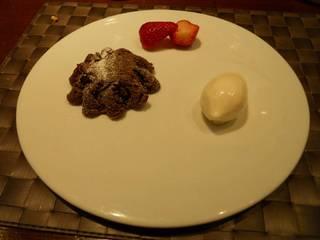 チョコレートのトルテとクリームチーズのジェラートといちご