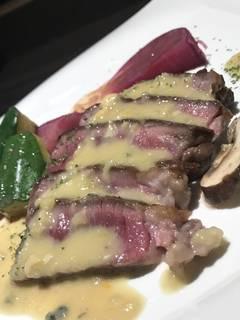 仔羊もも肉のロースト ブルーチーズソース