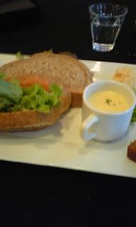 スモークサーモンとチーズのサンドウィッチ
