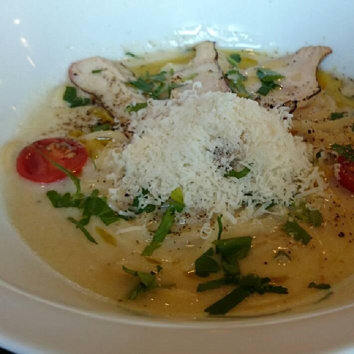 炙りチキンと山盛りパルミジャーノのクリームスープ