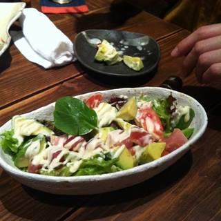 お刺身とアボカドのわさび風味サラダ