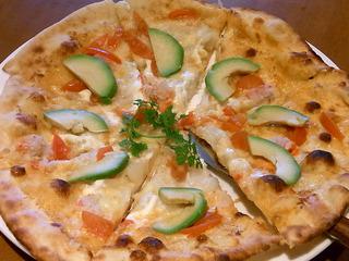 紅ズワイ蟹とおアボカドのピザ