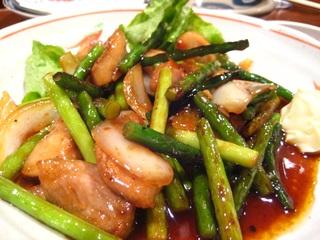 豚トロとにんにくの茎の炒め物