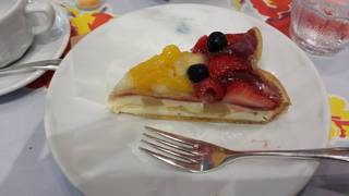 桃のチーズムースとフルーツのタルト