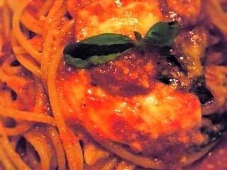糸引きチーズのトマトソースパスタ