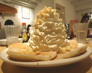 パイナップルホイップクリームとマカダミアのパンケーキ