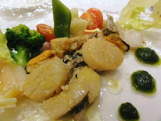 いろいろな貝の軽いスモークとキノコのサラダ
