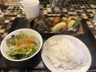 本日の日替りランチ(網焼牛カルビフルーティソースと若鶏のカラアゲ)