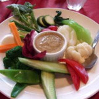 野菜を熱々のソースで食べるバーニアカウダ
