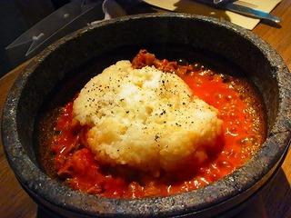 牛バラ煮込みとチーズの石焼ご飯