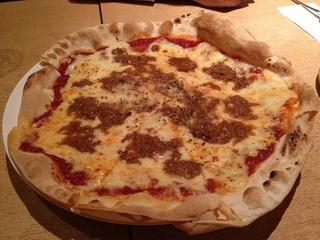 ひき肉とパルメザンチーズのピザ