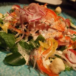 パルマ産生ハムと彩り野菜のシーザーサラダ