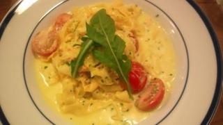 ズワイ蟹とピッコラルージュのサフラン風味クリームソースのフェットチーネ