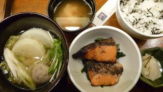 炭火焼き鮭の西京漬けとつみれと野菜のあったか煮定食