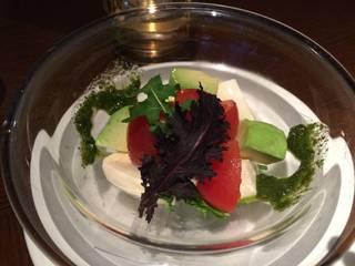 水牛のモッツァレラとアボカド、トマトのサラダ