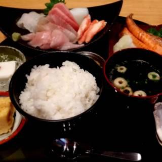 刺身と焼物の2種盛定食(紅鮭焼きハラス)