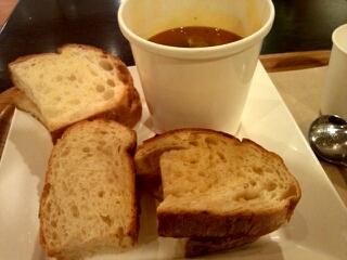 スープとおかわり自由のパンセット