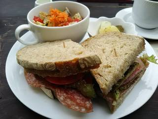ミラノサラミとモッツアレラチーズのサンドイッチ