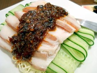 食べるラー油のかかった薄切り豚肉の冷菜
