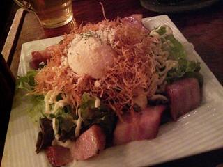 温泉玉子とカリカリベーコンのサラダ