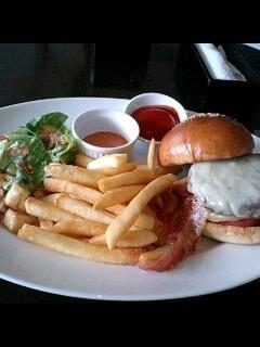 グリュイエールチーズのハンバーガーフレンチキッチンスタイル