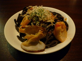 海の幸をイカスミ麺と